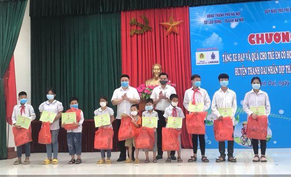 Bí thư huyện ủy Thanh Oai Bùi Hoàng Phan; Chủ tịch UBND huyện Thanh Oai Bùi Văn Sáng trao quà cho trẻ em có hoàn cảnh đặc biệt, hoàn cảnh khó khăn