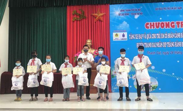 Tổng Giám đốc Công ty CP Làng Rùa - Tạ Văn Hùng và Chủ tịch UBND huyện Thanh Oai lên trao quà cho trẻ em có hoàn cảnh đặc biệt, hoàn cảnh khó khăn.