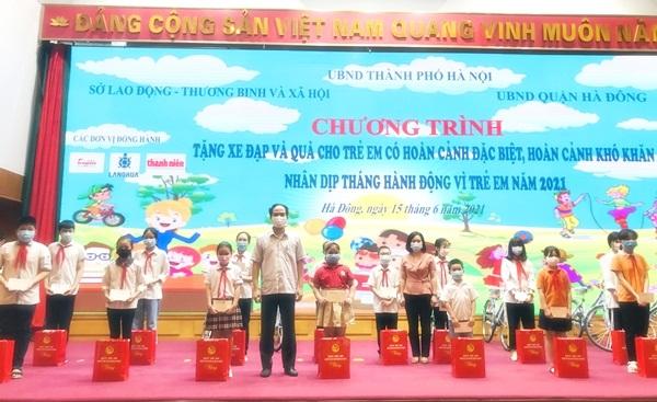 Ông Bùi Xuân Hà – Phó Chủ tịch UBND quận Hà Đông tặng quà cho các em có hoàn cảnh đặc biệt khó khăn