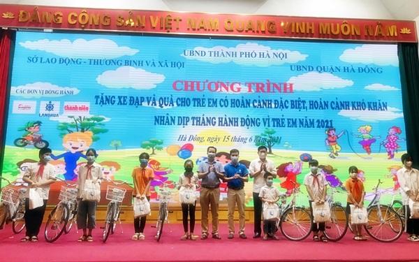 Ông Tạ Văn Hùng - Tổng Giám đốc công ty cổ phần Làng Rùa và ông Hoàng Thành Thái – Phó Giám đốc Sở Lao động - Thương Binh và Xã hội Hà Nội cùng các đơn vị tài trợ khác lên tặng quà cho các em có hoàn cảnh đặc biệt khó khăn