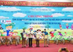 Ông Hoàng Thành Thái – Phó Giám đốc Sở Lao động Thương Binh và Xã hội Hà Nội tặng hoa và Giấy chứng nhận đồng hành cho đại diện công ty cổ phần Làng Rùa và Tạp chí Thanh niên và các đơn vị tài trợ khác.